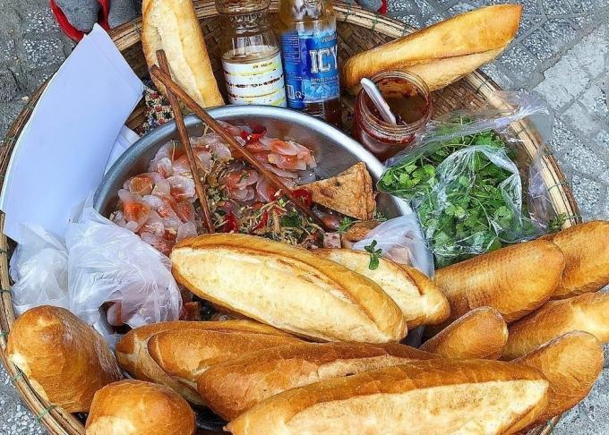Ở Đà Nẵng còn có món bánh mì khá đặc biệt ăn kèm bột lọc. Bánh bột lọc được kẹp cùng chả cá hoặc chả bò thái lát mỏng, hoặc cũng có thể chỉ ăn bột lọc riêng. Bánh mì là loại dài, nhiều ruột. Ảnh: Vi Yến