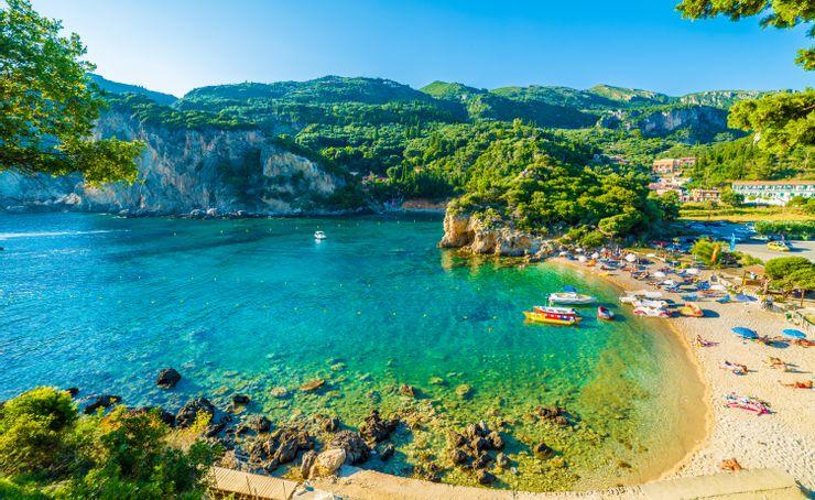 Mùa tắm biển tại Địa Trung Hải kéo dài từ tháng 4 đến khoảng tháng 11, với khí hậu đẹp nhất rơi vào từ tháng 5 đến tháng 9. Trái với sự ẩm ướt tại Carribean, đặc trưng khí hậu của Địa Trung Hải là khô ráo. Mùa đông ở Địa Trung Hải lạnh khi so với vùng Carribean, tuy nhiên, du khách có thể lựa chọn các khu vực như quốc đảo Cyprus hay Costa del Sol, Tây Ban Nha có nhiệt độ không lạnh và mát mẻ vào mùa đông. Ảnh: Shutterstock