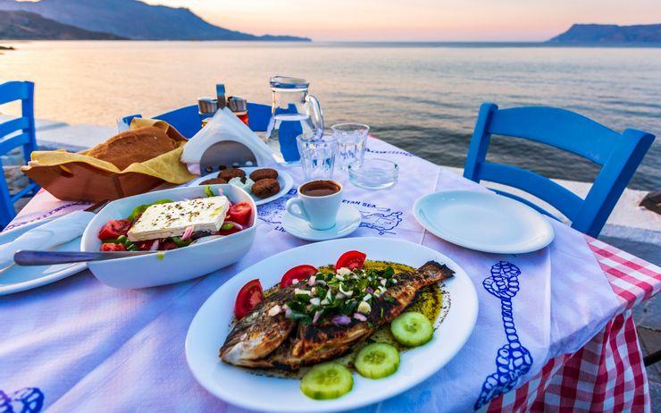 Ẩm thực vùng Địa Trung Hải được mệnh danh là một trong những nền ẩm thực lành lạnh nhất thế giới. Du khách sẽ được chào đón với các loại hải sản tươi sống, dầu và giấm chất lượng cao, các loại salad tươi ăn kèm phô mai. Ảnh: Shutterstock