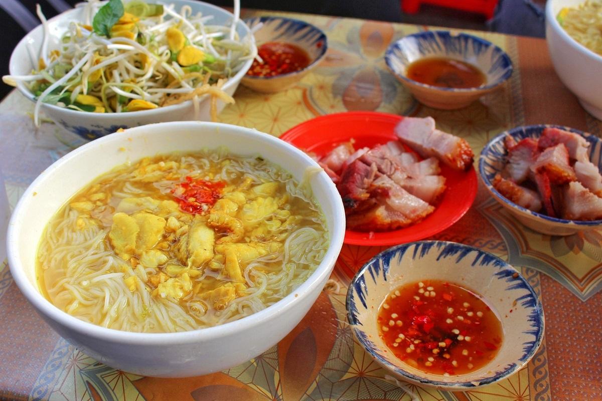 Bún cá Châu Đốc đặc trưng với nước dùng màu vàng tươi, vị đậm đà. Ảnh: Quang Thiện