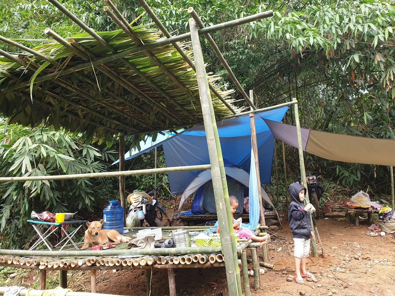 Gia đình anh Tuấn tạm nghỉ lại sâu trong rừng Đạ Tẻh để tránh mùa hè nóng bức và mùa mưa của Lâm Đồng. Ảnh: NVCC.
