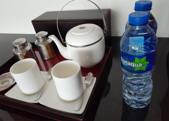Các phòng tiêu chuẩn đều có cốc và chai nước phục vụ khách. Nhưng Janessa khuyến khích mọi người nên rửa sạch lại cốc một lần nữa trước khi sử dụng, dù nhìn chúng lúc được bày trên kệ trông khá sạch sẽ. Chúng tôi sẽ không rửa nó mỗi khi có khách trả phòng, nếu trông chúng vẫn còn sạch hay chưa bị dùng đến.