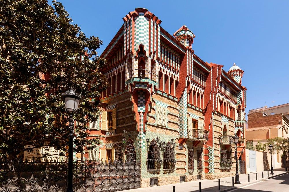 Casa Vicens là công trình quan trọng đầu tiên của Gaudi và ươm mầm cho các kiệt tác sau này của ông. Nó được UNESCO công nhận là di sản thế giới vào năm 2005. Hiện nay, nơi này hoạt động như một bảo tàng và không gian văn hóa tư nhân, thu hút đông đảo du khách ghé thăm trước đại dịch. Ảnh: Airbnb