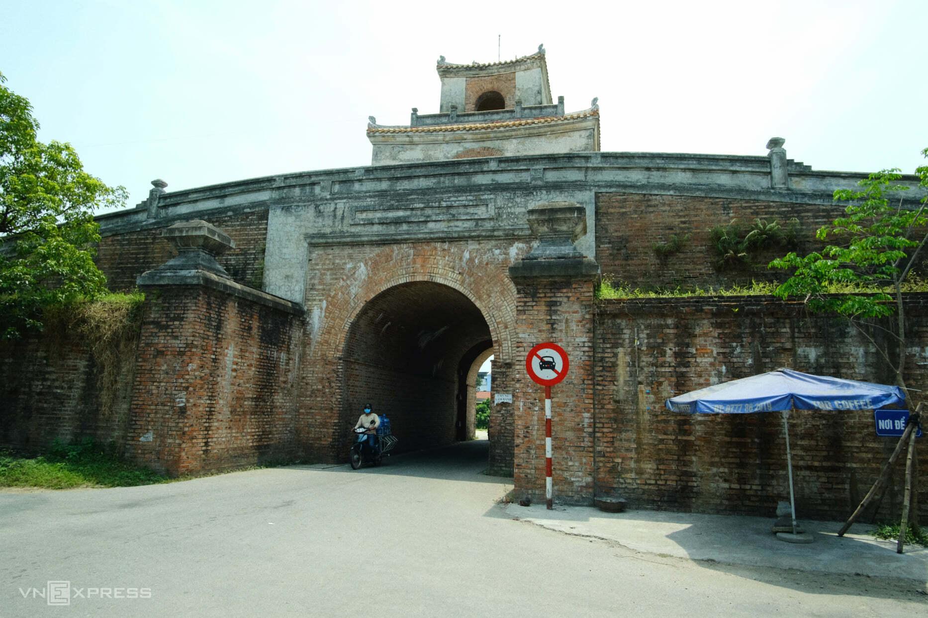 Cửa Chánh Tây không có tên gọi phụ dân gian, nằm ở phía Tây Kinh thành, trên đường Thái Phiên ngày nay. Nơi này từng là nơi giao tranh ác liệt trong chiến sự Mùa Xuân 1968. Phần vọng lâu phía trên thành đã hoàn toàn bị phá hủy, nay đã được tu sửa phục dựng lại.