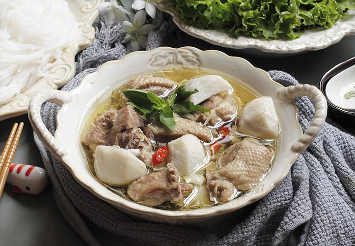Vịt om sấu là một trong những món ăn hút khách vào mùa hè của Hà Nội nói riêng và các tỉnh thành miền Bắc nói chung. Sấu là loại quả đặc biệt được người miền Bắc chế biến thành nhiều món ăn độc đáo. Vịt được nấu kỹ, mềm thơm, ngọt thịt, cân bằng bởi vị chua thanh nhẹ của sấu xanh và vị bùi bùi của khoai sọ. Cắn một miếng thịt vịt nóng hổi đậm đà kèm thêm một quả sấu mềm tan trên đầu lưỡi, chỉ cần thêm ít bún tươi là đủ để ngồi lai rai cả buổi tối. Ảnh: Bùi Thủy