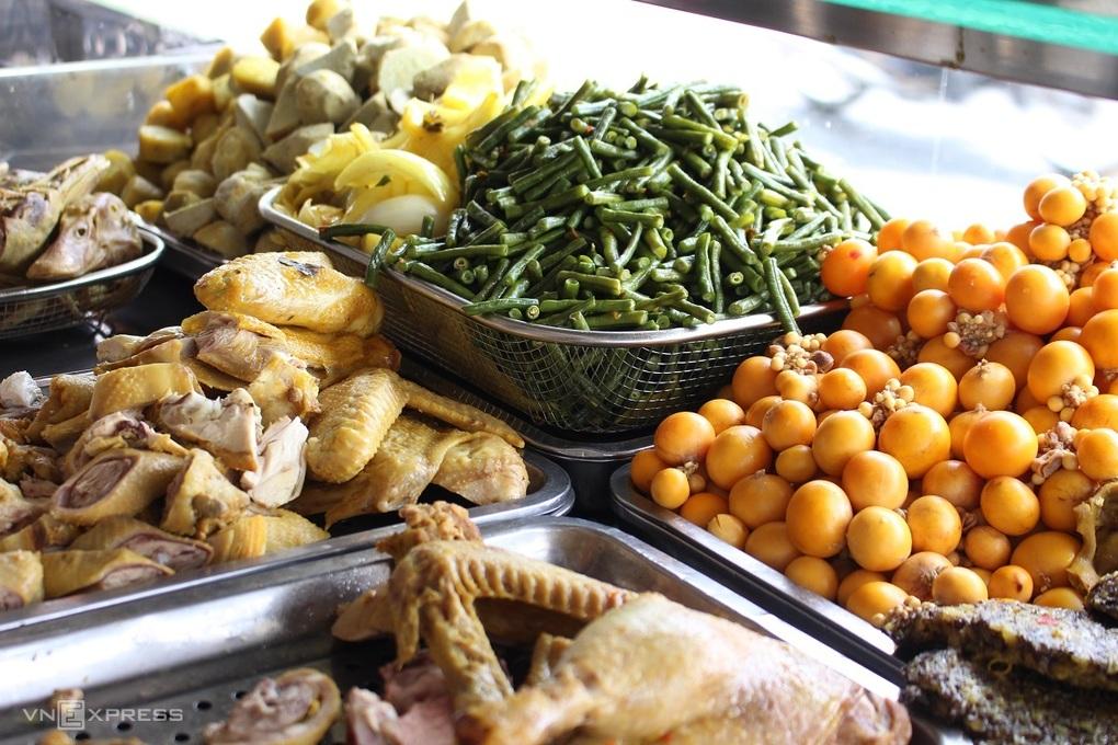 Cà ri thường nấu với gà hoặc vịt. Vị béo của nước cốt dừa, ngọt của khoai lang bí và thịt vịt mềm, chắc thịt chấm cùng muối ớt tắc, món ăn kèm cùng bún hay bánh mì đều ngon. Riêng món bún cà ri dùng bún tươi sợi nhỏ, còn thơm mùi gạo, chan nước cà ri nóng cùng thịt và nguyên liệu lên trên, thêm rau thơm là đã có tô bún beo béo, thơm nồng. Ảnh: Huỳnh Nhi