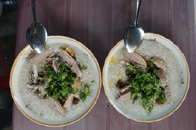 Cháo vịt đặc sánh thường được nấu bằng gạo nếp pha lẫn gạo tẻ, một số nơi nấu cả với đậu xanh. Nhân của bát cháo là gan, mề, tiết, lòng, thịt vịt được xào lăn, tỏa mùi thơm ngào ngạt. Cháo vịt ăn ngon nhất lúc nóng, múc ra tô, rắc thêm hành lá, đầu hành, hành phi và hạt tiêu lên trên. Ảnh: Dulich Đà Nẵng