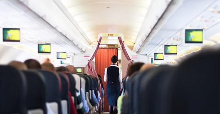 Lần đầu tiên chúng tôi cũng không phải vội vã chạy ra phục vụ khách khi có tiếng chuông ấn gọi. Mọi người đều tỏ thái độ biết ơn với chúng tôi vì họ có thể được lên máy bay là trải nghiệm yêu thích của nữ tiếp viên khi cô tham gia một chuyến bay giải cứu. Ảnh: Matej Kastelic/Shutterstock