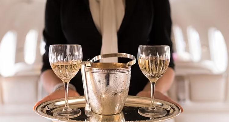 Nhiều chai rượu đắt tiền cũng đều được yêu cầu đổ đi khi hành khách không dùng hết trên chuyến bay. Ảnh: Wavebreak Media