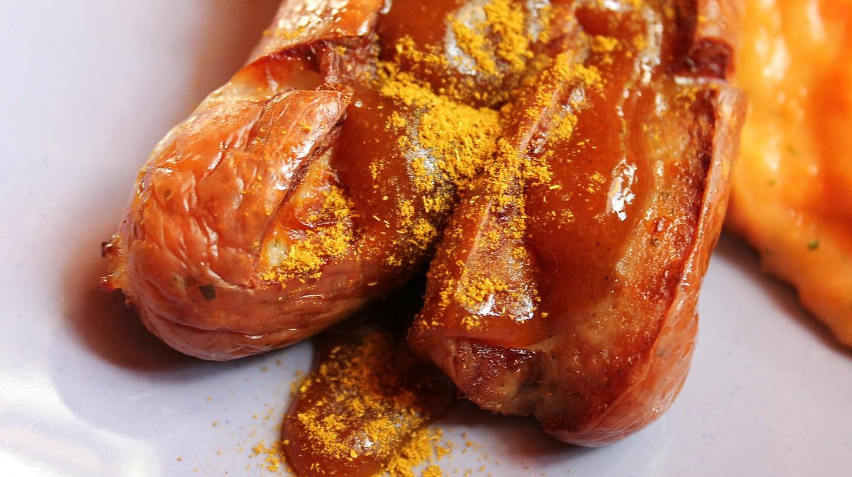 Trong số 1.500 loại xúc xích của Đức, currywurst là một trong những loại đặc biệt nhất, thường được phục vụ trên đĩa giấy hoặc gỗ. Với mức tiêu thụ hàng năm ước tính hơn 800 triệu chiếc, du khách có thể dễ dàng tìm thấy các quầy bán món ăn này ở khắp thủ đô Berlin.