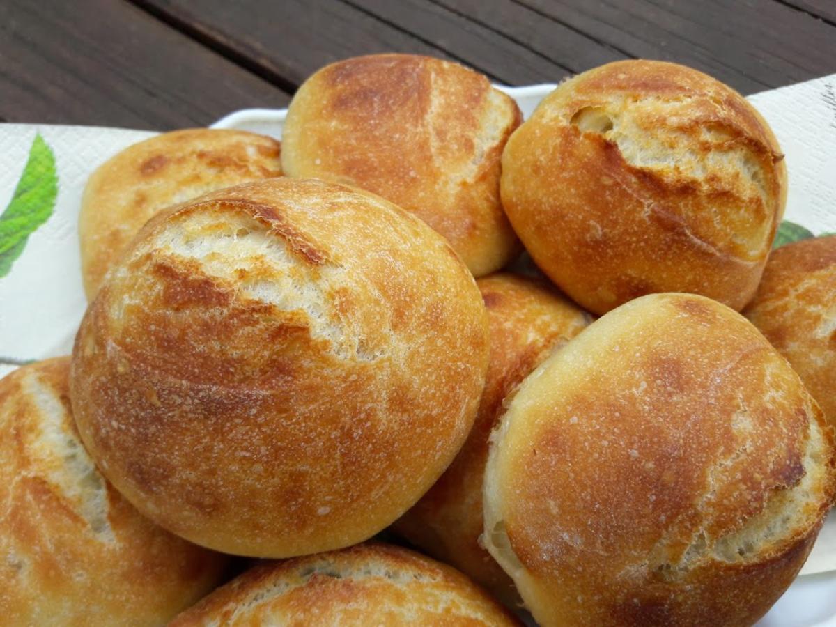 Trên thực tế, currywurst được xếp vào nhóm đồ ăn nhanh, được tìm thấy trong các nhà hàng hoặc quán ăn đường phố. Ngày nay, món ăn thường được bán dưới dạng mang đi, ăn kèm khoai tây chiên và bánh mì nhỏ (Brötchen). Ảnh: Kochbar