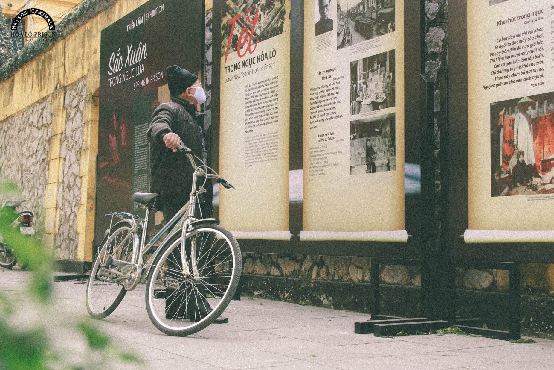 Đạp xe rèn luyện sức khỏe, du khách có thể kết hợp tham quan, tìm hiểu những di tích trong thành phố. Ảnh: Di tích nhà tù Hỏa Lò.