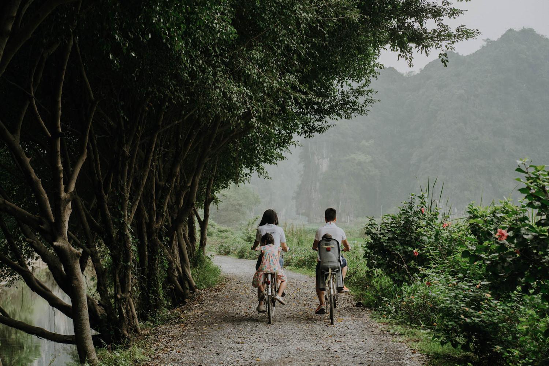 Đạp xe dưới tán cây rừng Cúc Phương hoặc Tràng An với quãng đường chưa đến 10 km một ngày phù hợp với những gia đình có con nhỏ.