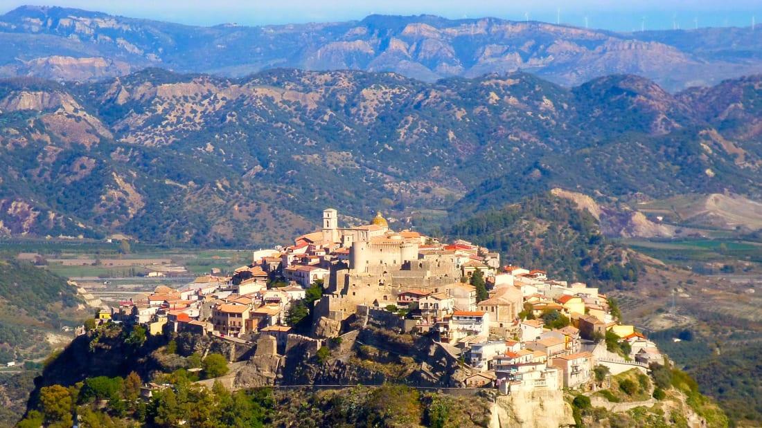 Những ngôi làng này nằm ở các vị trí như gần biển, hoặc trên sườn núi, hoặc giáp cả hai. Trên ảnh là làng Santa Severina. Ảnh: Borghi Piu Belli dItalia/CNN