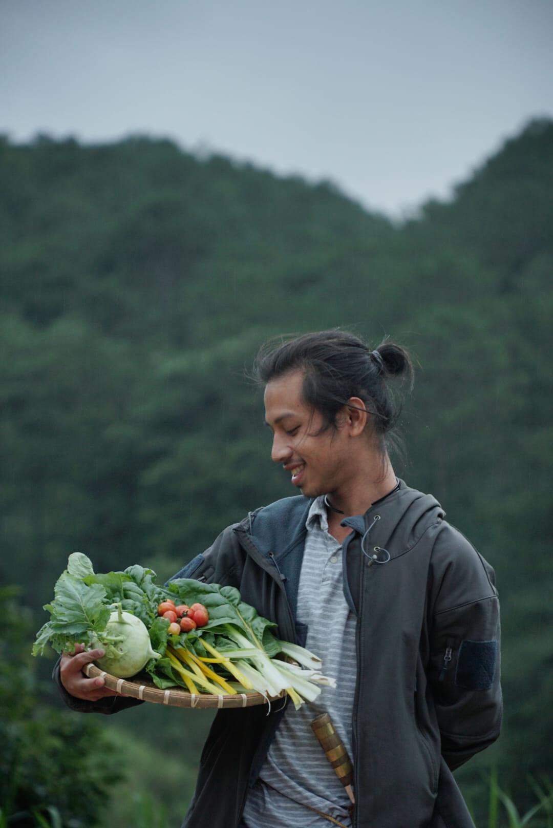 Ngày thu hoạch rau ở nông trại.