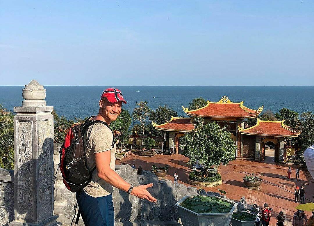 Khách tây check-in chùa Hộ Quốc. Ảnh: semen.chernykh