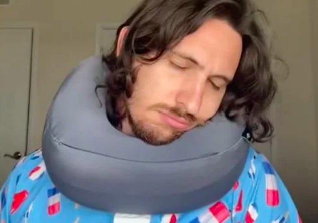 Bằng cách chỉnh phần đáy xuống cằm, đầu bạn sẽ được giữ vững hơn.