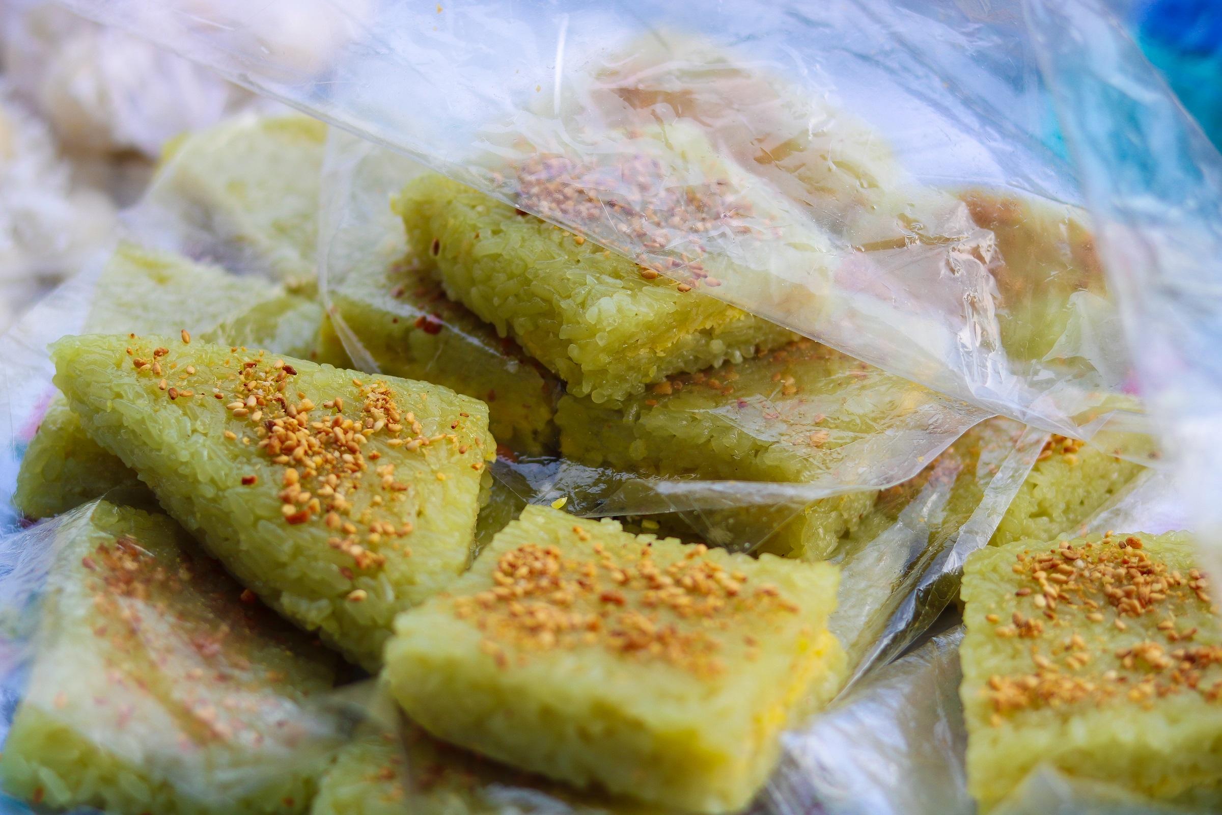 Xôi vị là món ngon dân dã thường gặp ở các khu chợ quê ở miền Tây và chợ Tân Châu, An Giang cũng không ngoại lệ. Món xôi được làm từ nếp non, nước cốt dừa, lá dứa, đường cùng mè, đậu phộng rang vàng. Khác với các loại xôi khác, xôi vị chứa một loại gia vị độc đáo là tai hồi, khi ăn xôi vẫn ngửi được mùi thơm thoang thoảng. Món xôi mềm dẻo, béo của nước cốt dừa, thêm màu xanh mướt của lá dứa, vừa ăn vừa nhâm nhi cùng trà nóng rất ngon. Ảnh: Thanh Bùi