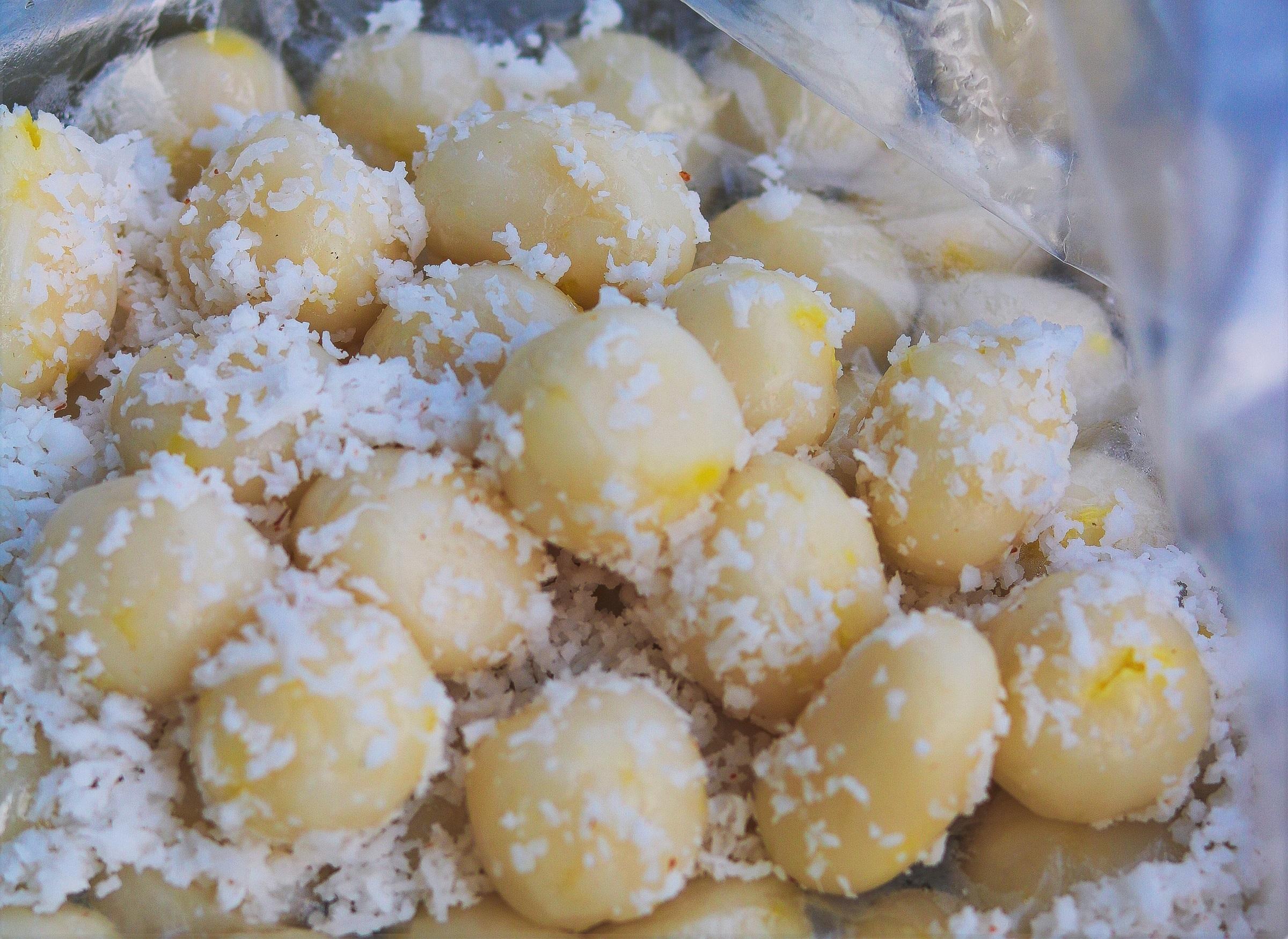 Bánh bao chỉ có hình dáng nhỏ nhắn, khác với loại bánh bao làm từ bột mì hấp nóng thường thấy, món bánh được làm từ bột nếp có nhân đậu xanh, đậu phộng, dừa hay mè đen. Vỏ bánh mỏng, mềm mịn trắng ngà, bên ngoài tẩm cơm dừa nạo nhuyễn, khi ăn cảm nhận được mùi thơm của nếp và bùi của nhân bánh ngọt dịu. Ảnh: Thanh Bùi