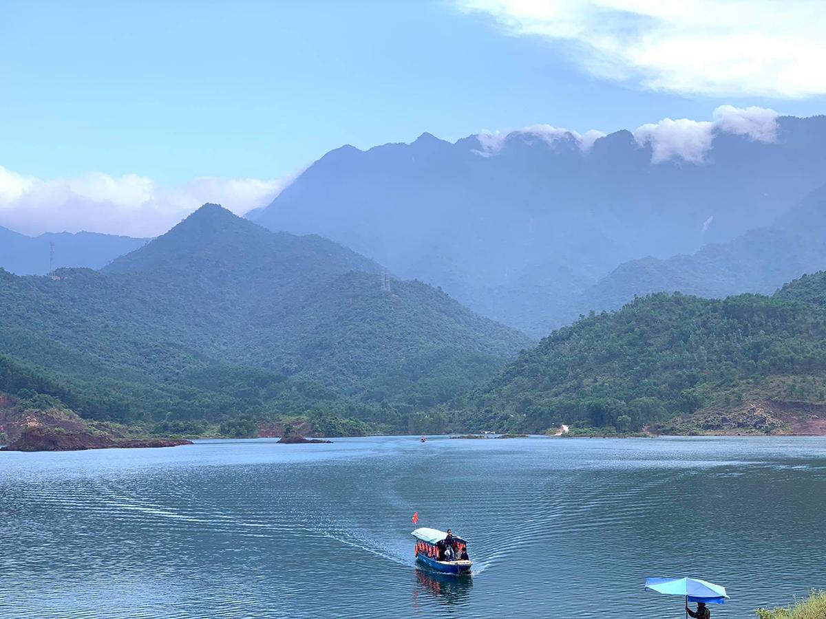 Suối Tiên nằm dưới chân núi Bạch Mã hùng vỹ. Khách sẽ được chở bằng thuyền để tới suối với giá vé là 30.000 đồng/khách/khứ hồi. Ảnh: Lê Phương Tùng