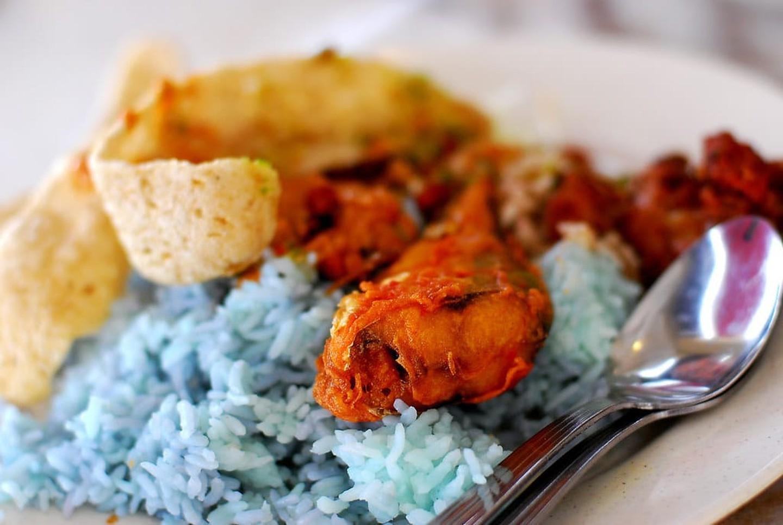 Nasi kerabuĐây cũng là một loại cơm khác nổi tiếng của Malaysia với cơm màu lam, ăn kèm gà rán, trứng và keropok chiên giòn (phồng tôm). Ảnh: Amrufm/Flickr