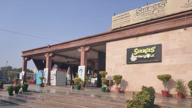 Ưu tiên của quỹ là đảm bảo sinh kế cho các nhân viên của Sheroes, gồm cả việc giúp họ học thêm các kỹ năng cần thiết để theo đuổi ước mơ của mình. Trên ảnh là chi nhánh của quán tại Lucknow. Ảnh: Chhanv Foundation/CNN