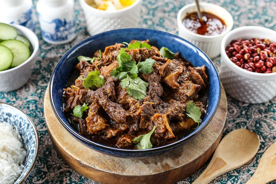Bò RendangRendang là tên gọi của một loại cà ri nấu khô, thường xuất hiện trong các bữa tiệc sang trọng của người dân địa phương.