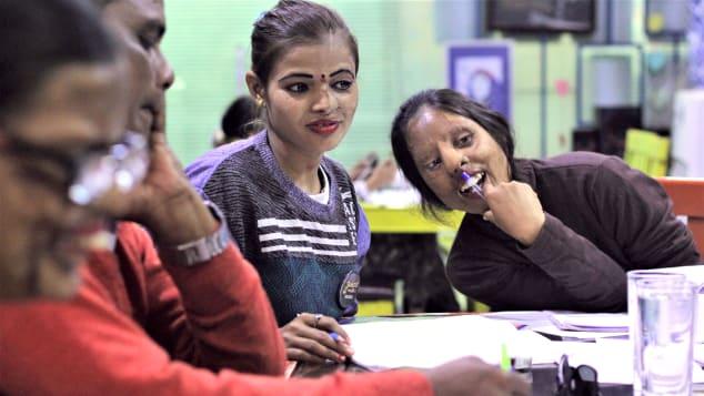 Các cô gái làm việc tại quán đều rất tự tin đối diện với cuộc sống. Họ có thể kể cho khách đến quán nghe về những giây phút kinh hoàng của cuộc đời mình một cách bình thản, thay vì những cảm xúc đau đớn, phẫn nộ. Ảnh: Chhanv Foundation/CNN