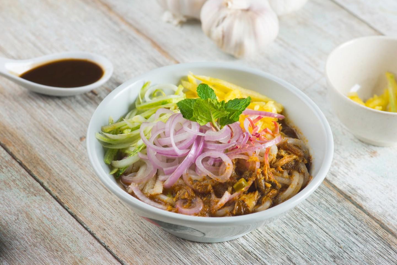 Assam laksaMón ăn còn được gọi với tên thuần Việt khác là bún laksa, bao gồm các sợi bún to ăn cùng đậu phụ, chả cá, trứng, thịt gà, tôm, sò huyết, giá đỗ... cùng với phần nước dùng xâm xấp. Ảnh: Wong yu liang/ Shutterstock