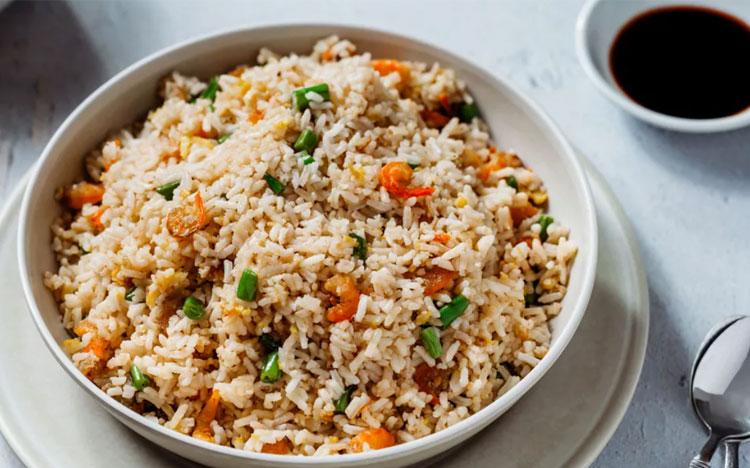 Cơm rangMón ăn hấp dẫn này gồm cơm được chiên cùng cà rốt, đậu hà lan và thịt. Nó có nhiều phiên bản khác hấp dẫn hơn như trứng, cá cơm nhỏ... Ảnh: Spruce eats