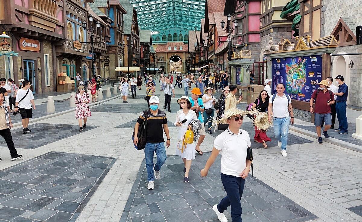 Từ tháng 6, Bộ Chính trị chỉ đạo nghiên cứu cho thí điểm sử dụng hộ chiếu vaccine với khách quốc tế đến Phú Quốc. Ảnh: Nguyễn Nam.