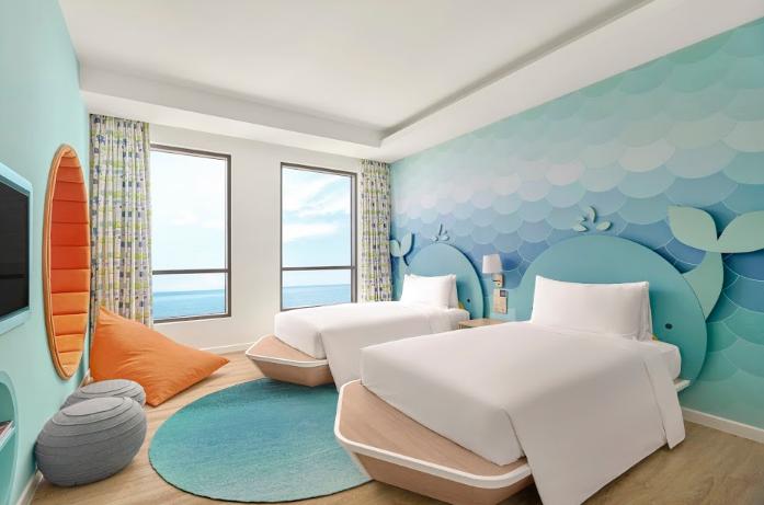 Phòng Family Suite Ocean - Holiday Inn Resort Ho Tram Beach gây ấn tượng với gam màu tươi sáng.