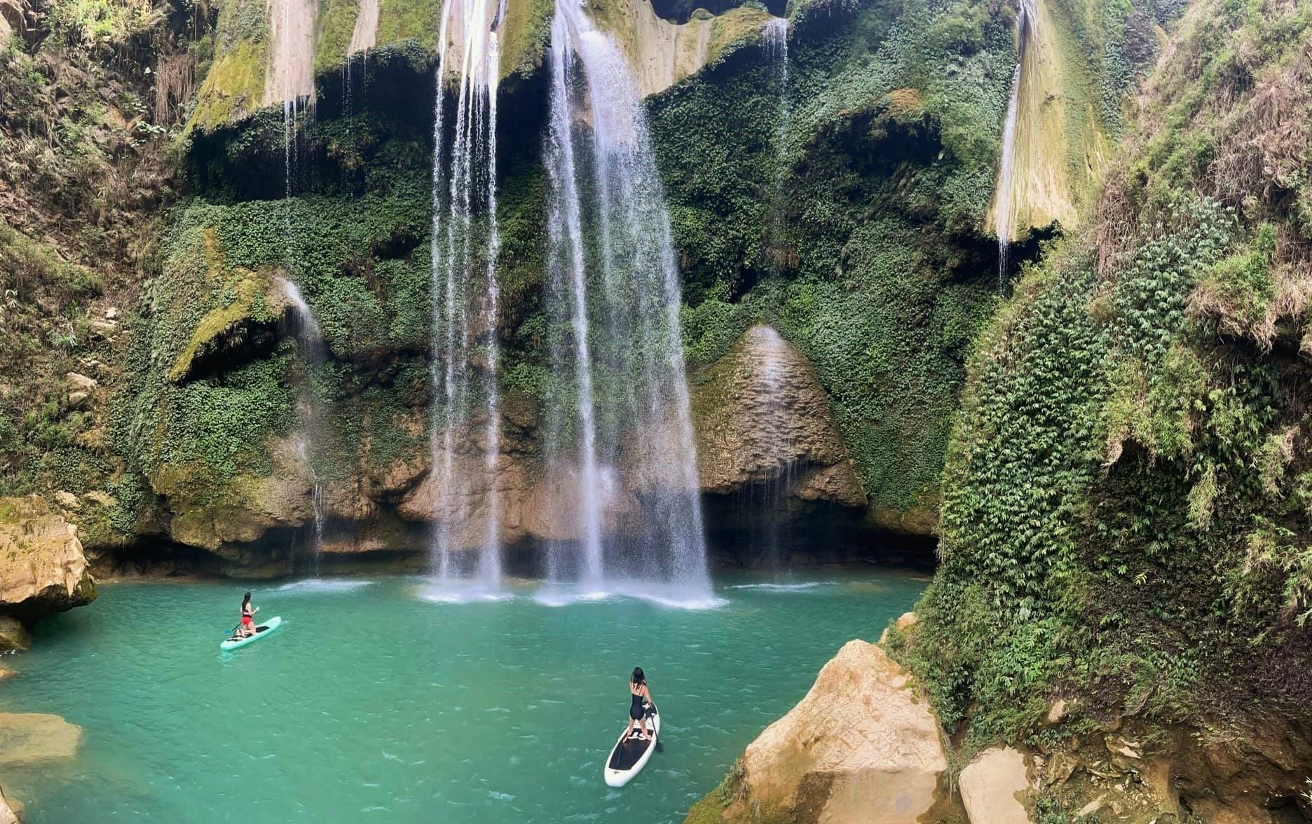 Chị Thủy còn đưa con khám phá một số điểm đến ở Mộc Châu như thác Nàng Tiên.