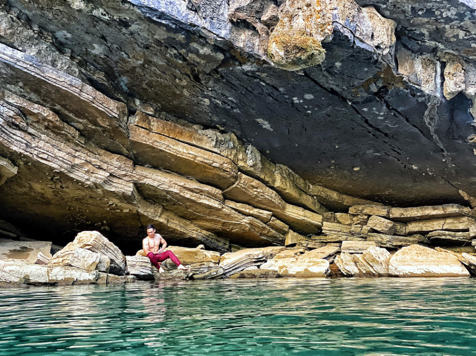 Cả nhóm dừng chân nghỉ ngơi bên bờ suối, lấy năng lượng cho chặng đường kế tiếp.