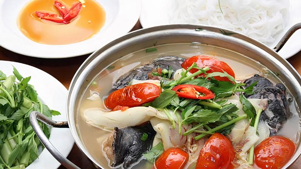 Lẩu cá lăng hấp dẫn thực khách bởi thịt cá thơm ngọt, nước dùng đậm đà ăn kèm với rau rừng. Ảnh: Du Lịch Tây Nguyên