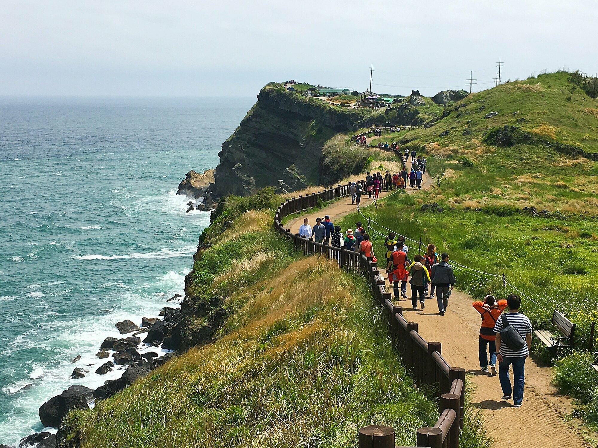 Tuyến đi bộ Songaksan Dullegil ở đảo Jeju. Ảnh: Shutterstock