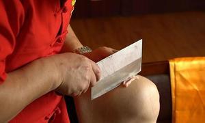 Đầu bếp Trung Quốc dùng đùi làm thớt thái thịt