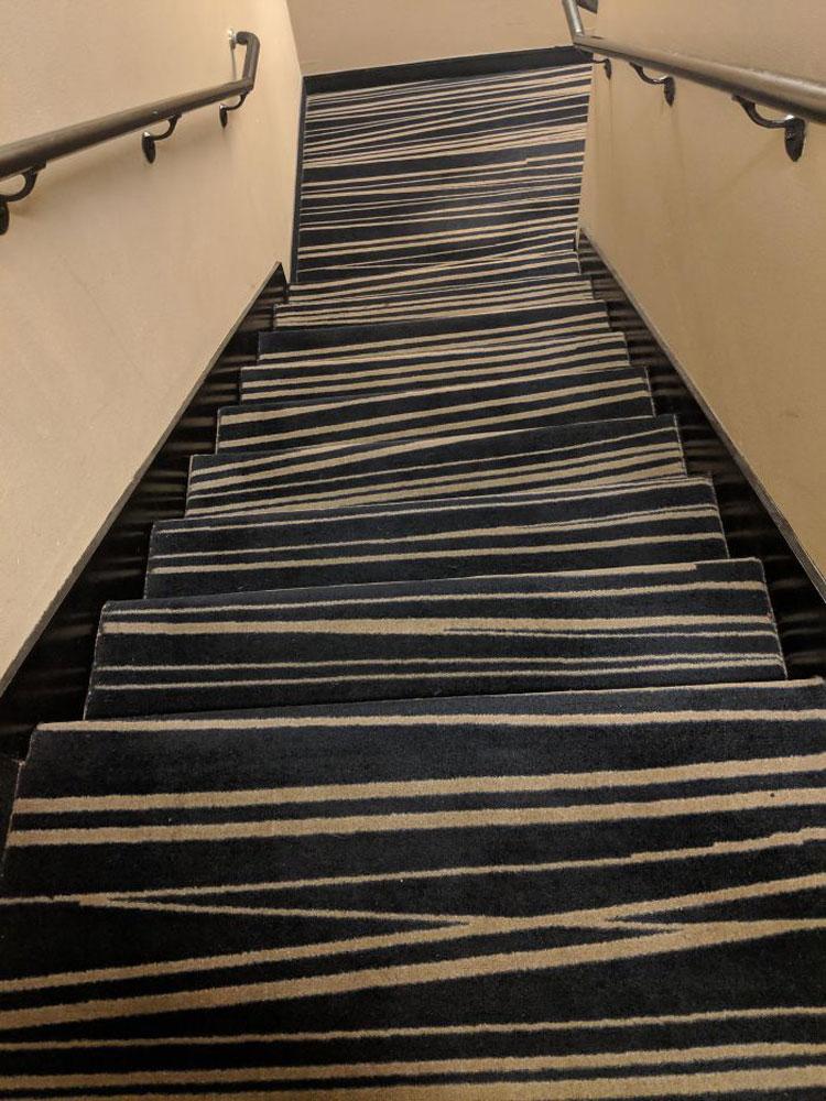 Chiếc cầu thang khiến không ít du khách nghĩ rằng họ đang say khi sử dụng, dù không uống giọt rượu nào vì nó gợi cảm giác chếnh choáng, đi không vững do hoa văn của những tấm thảm. Ảnh: Shailla131/Reddit