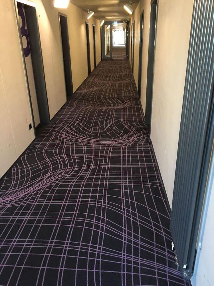 Tấm thảm này khiến tôi suýt tiền đình là nhận xét của vị khách khi nhận phòng tại một khách sạn ở Cologne, Đức. Ảnh: Majoranese