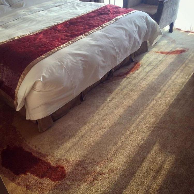 Đây là tấm thảm trong một khách sạn tại Bắc Kinh, Trung Quốc. Thoạt nhìn qua, bạn sẽ nghĩ trong căn phòng này vừa xảy ra án mạng, với nhưng vết máu loang lổ trên thảm. Trên thực tế, nó là hoa văn của tấm thảm. Ảnh: Well Redhead/Reddit