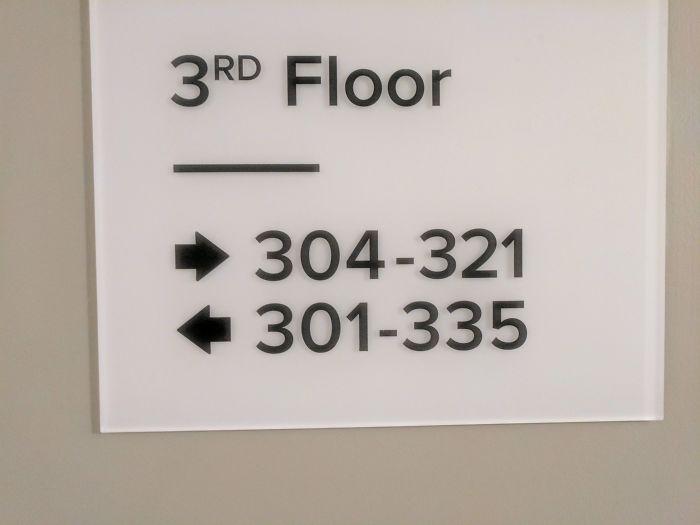 Còn vị khách này thì nói rằng mình thực sự bị lú khi nhìn vào hướng dẫn tìm phòng của khách sạn. Bạn nên đi theo kiểu nào đây?. Ảnh: Belleri/Reddit