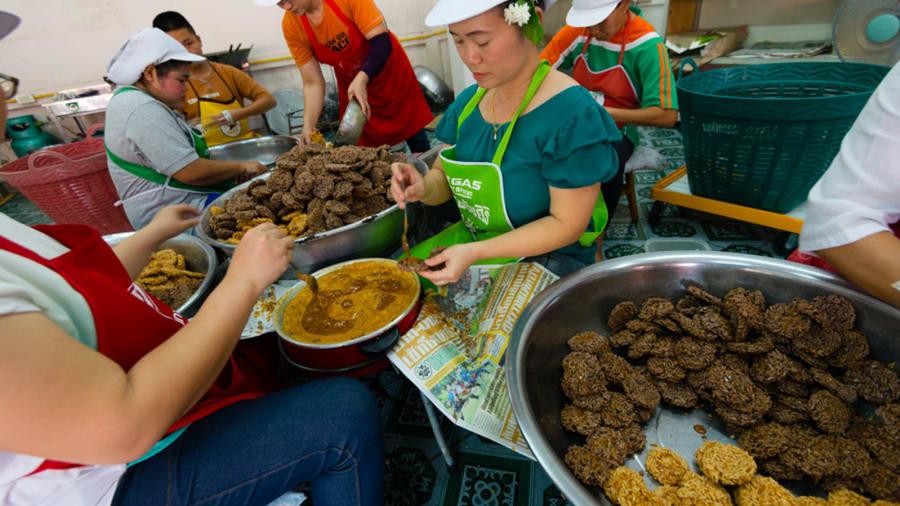 Khao taenMón bánh gạo ăn vặt này được làm từ gạo nếp trộn đường, muối, mè và nước dưa hấu. Sau đó, người dân sẽ phơi nắng, rồi chiên giòn chúng lên và nhúng trong đường thốt nốt. Austin nói rằng nhiều loại đồ ăn ngọt của Thái Lan khá kỳ quặc, và Khao taen cũng là một ví dụ tương tự. Tuy nhiên, món ăn này xứng đáng để thử vì nó mang lại độ giòn, ngọt và thơm ngon. Ảnh: Austin Bush/CNN