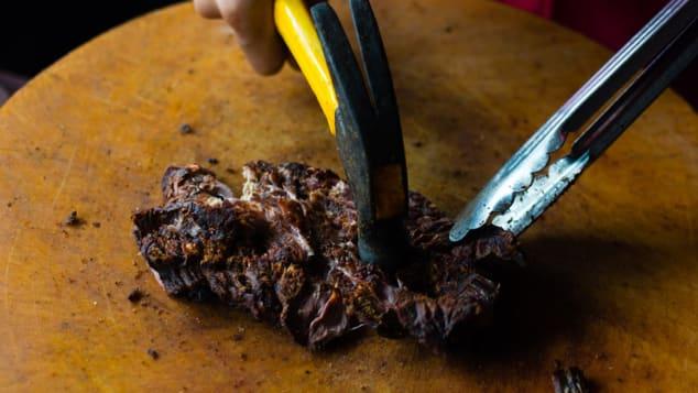 Jin tupĐây là món ăn không cần phải chế biến cầu kỳ, nhưng lại được nhiều thực khách đánh giá là vô cùng ngon. Jin tuo là món thịt bò giã, gồm một miếng thịt bò được cắt lát ướp cùng mắm, muối nướng trên than hoa cho đến khi khô cứng. Sau đó, nó được dùng búa đập mềm. Đây là một trong những món bò ngon nhất ở miền bắc đất nước. Ảnh: Austin Bush/CNN
