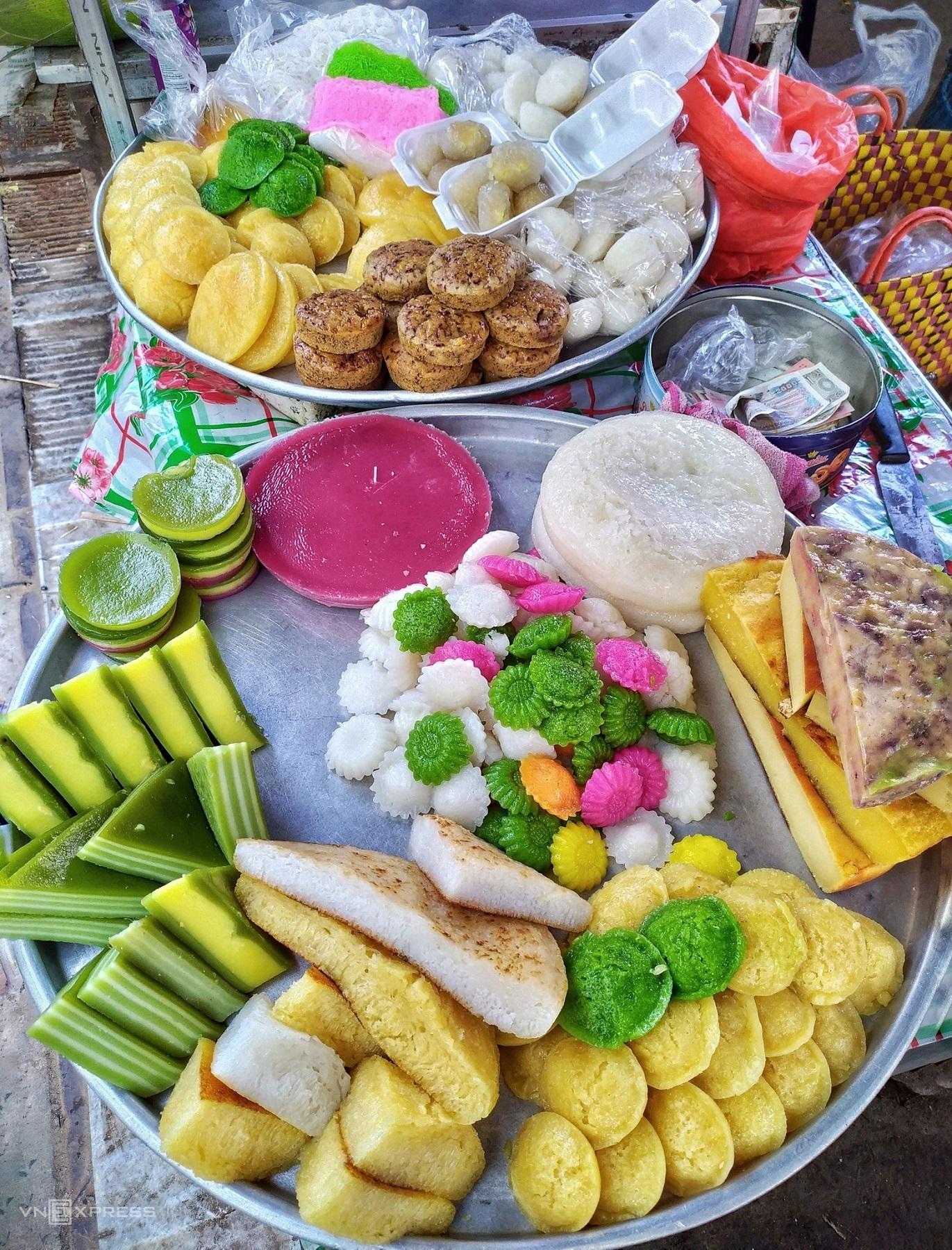 Nước cốt dừa cũng là thành phần làm nên vị béo khi chế biến các loại bánh. Sau khi đổ bánh trong khuôn, người dân sắc miếng ra bán tại chợ quê Sơn Đốc, Hưng Nhượng, Giồng Trôm như bánh da lợn, bánh bò, bánh chuối nướng hay bánh khoai mì.