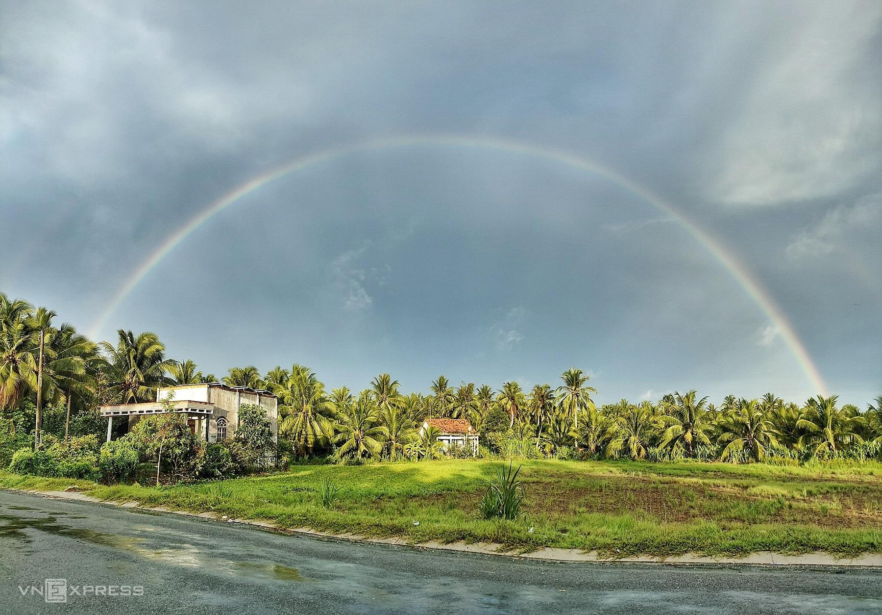 Sở thích chụp ảnh hương quê của Minh Tân bất kể mưa nắng, trong ảnh tác giả chụp cầu vồng sau cơn mưa trên những vườn dừa ở ấp Bình Thuận, xã Tân Thanh, Giồng Trôm.