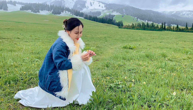 Cô chụp ảnh cùng những bông bách hợp dại còn xót lại từ đợt nở tháng 4. Bách hợp theo quan niệm của người dân Tân Cương là sự may mắn, vì nở ở rất ít nơi.