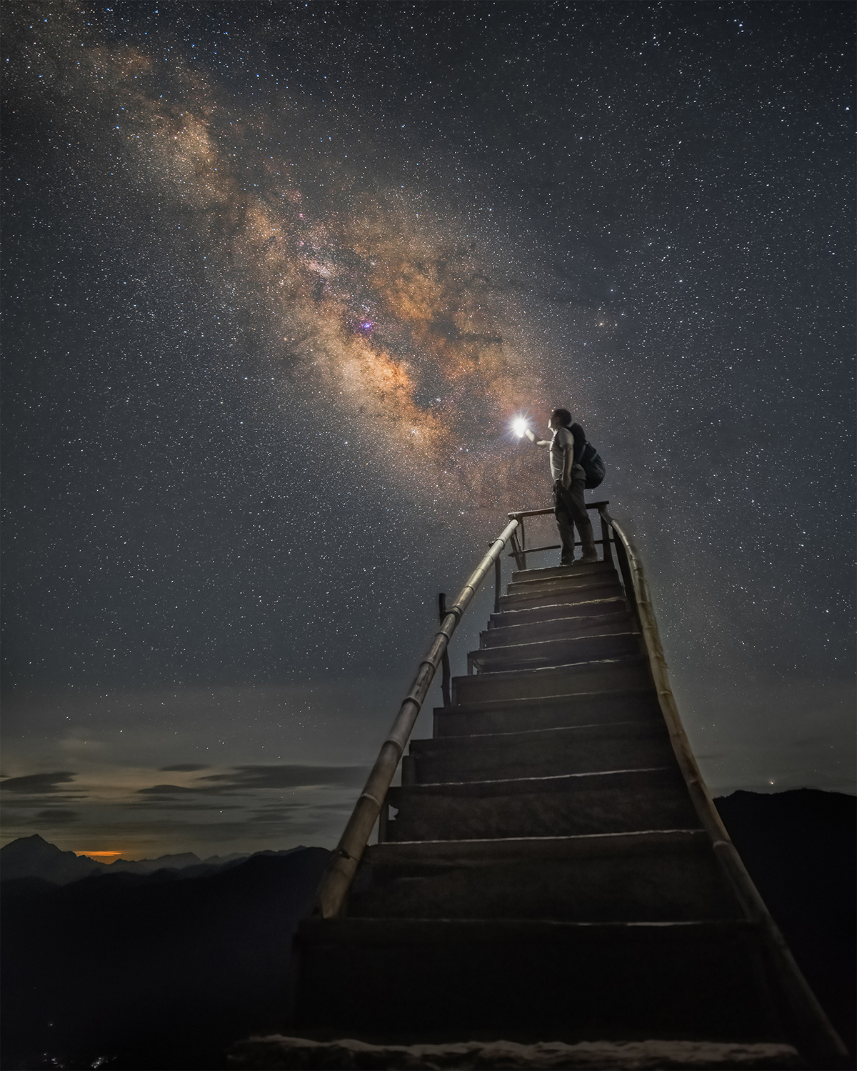 Chàng trai trẻ đứng dưới dải ngân hà triệu vì sao. Ảnh: Trần Văn Linh