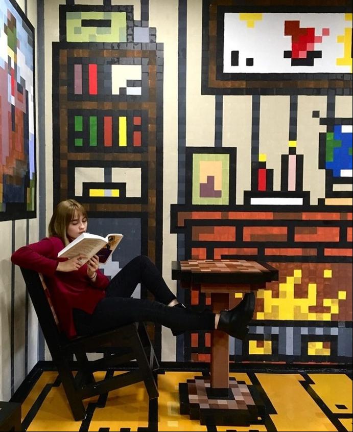 Đối với những game thủ mê mệt các trò chơi mang phong cách pixel, hoặc chỉ đơn giản muốn hoài niệm về một thời xưa cũ, thì V piselyakh (Trong những hạt pixel) là một điểm đến lí tưởng, bởi nội thất quán hoàn toàn được thiết kế theo phong cách của thế giới bên trong màn hình máy tính. Ảnh: Fiesta