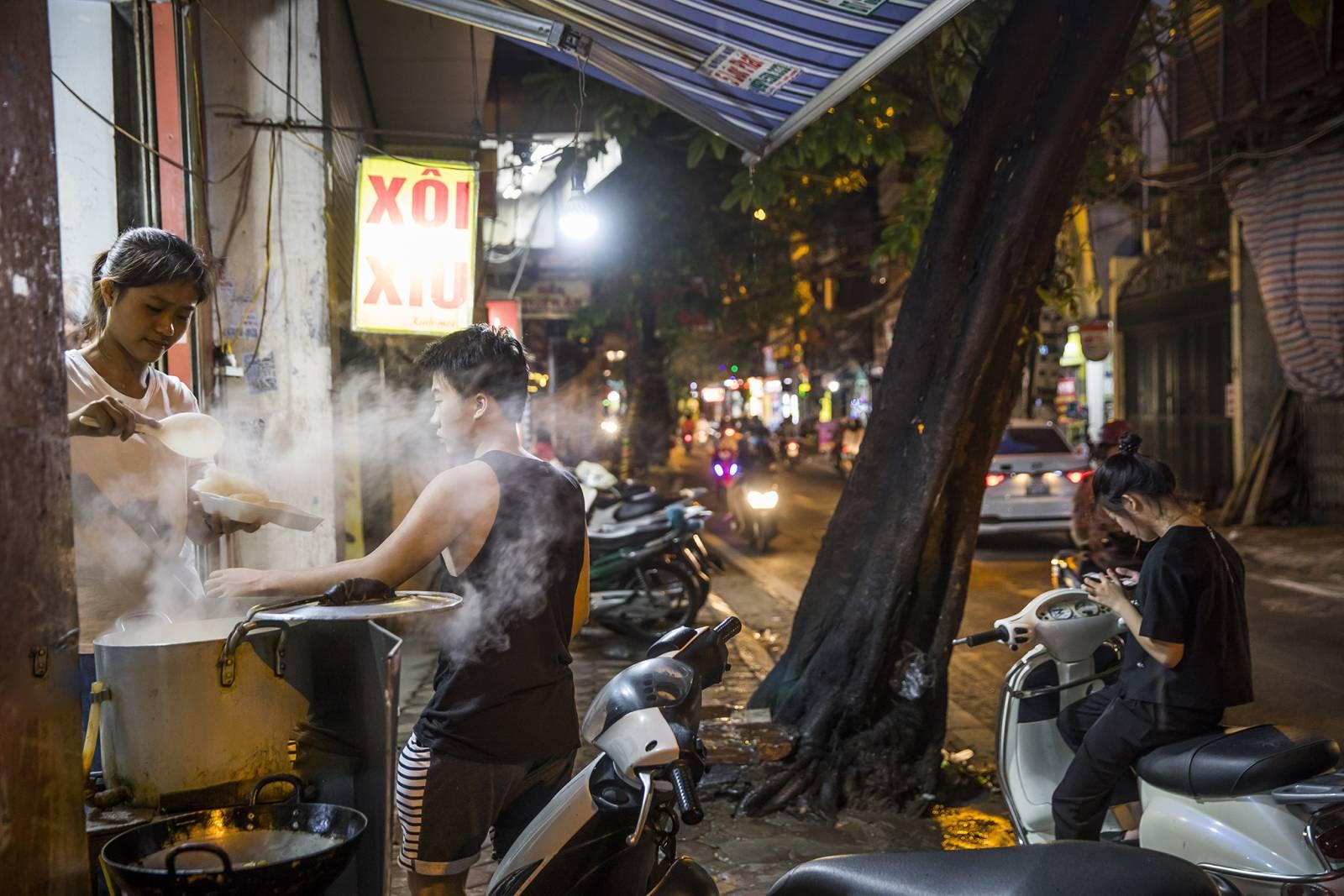 Quán ăn đường phố tại Hà Nội. Ảnh: Paul Hahn-laif/Redux