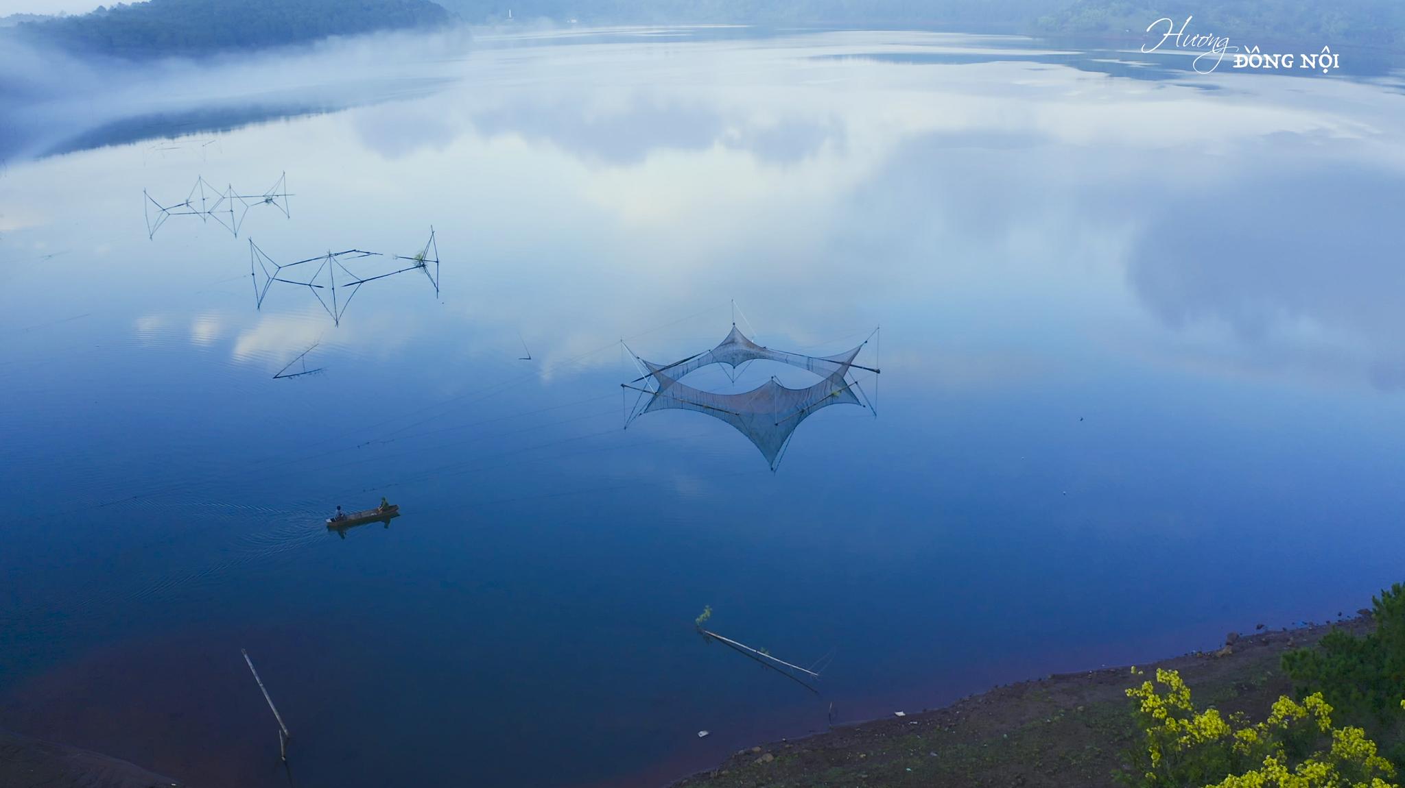 Biển Hồ mênh mông nước, huyền ảo trong sương, mang đến bức tranh lao động đẹp và yên bình. Ảnh: Hương đồng nội